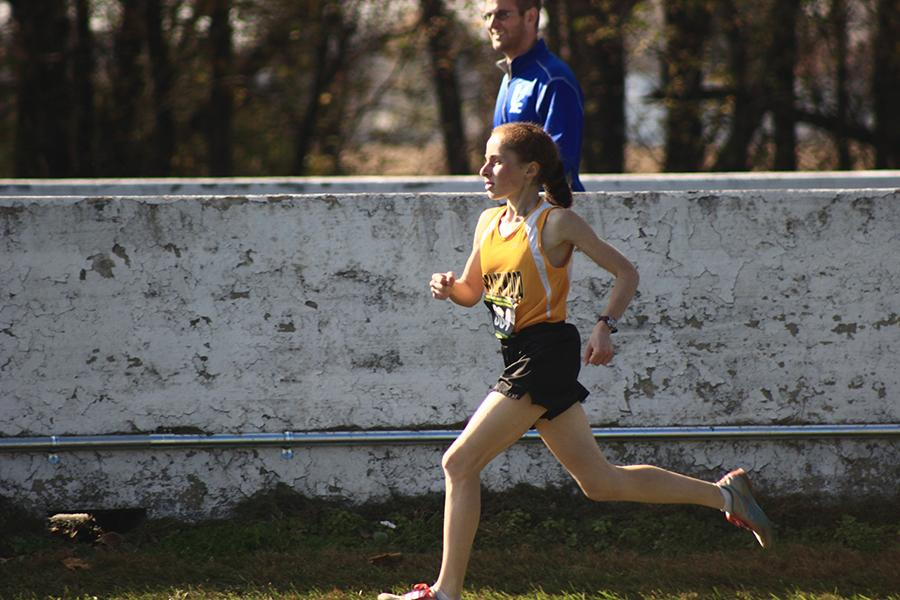 Junior Leah Roter approaches the finish at the state meet. Photo by Jakin Wu.