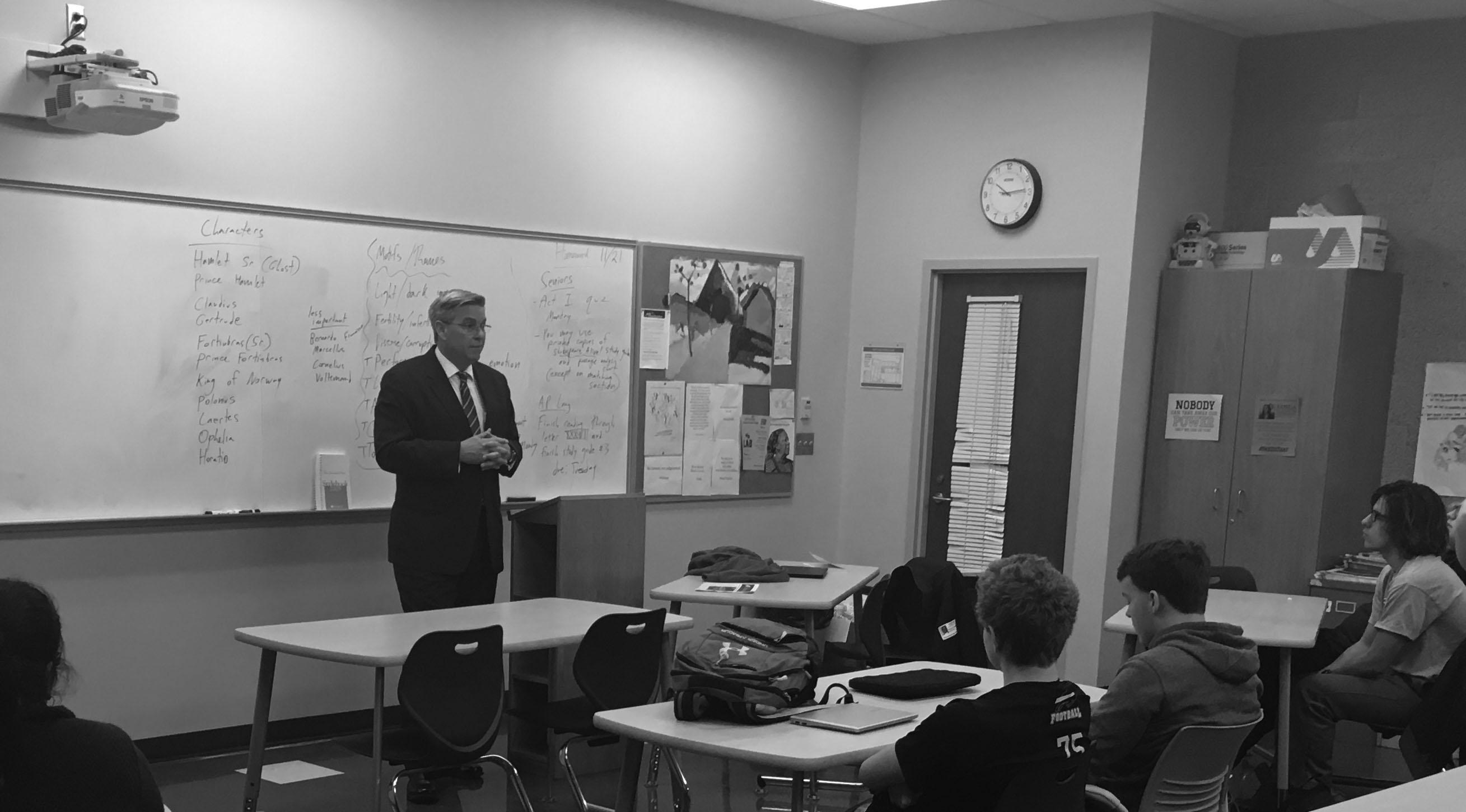 Duane Pohlman speaks to the journalism class about his work. Photo by Spencer Handlin.
